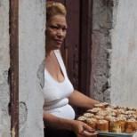 Une inconnue vend des gâteaux sur le seuil de sa porte, Centro Habana.