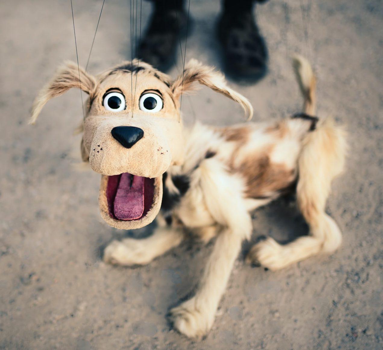 驚いてる犬の人形
