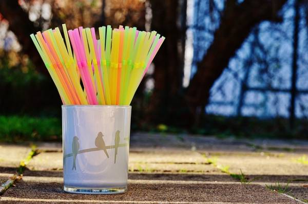 reducir consumo de plástico. Pajitas