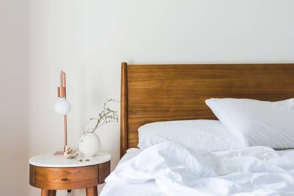 Por qué no debes hacer la cama nada más levantarte
