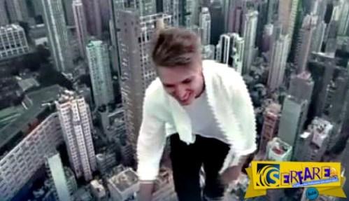 Τρομακτικό: Αυτός ο άνδρας περπατά κυριολεκτικά στον αέρα και το απολαμβάνει!