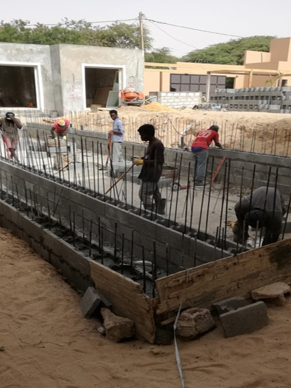 Hollow blocks with steel reinforcement and filled with concrete
