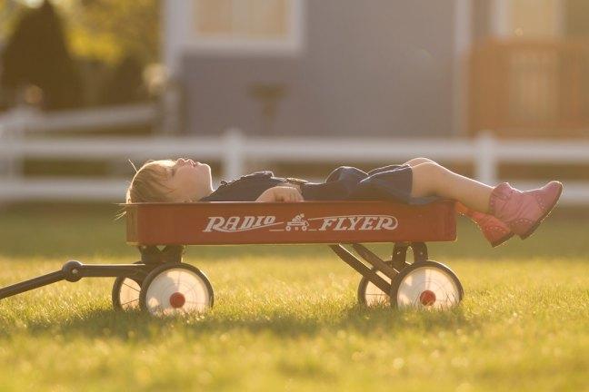 ребенок лежит в тележке