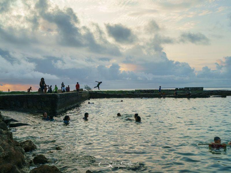 niños divirtiendose en el muelle de la puequeña isla de Eua en Tonga