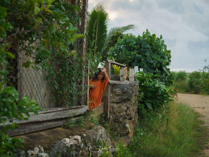 feliz niña pequeña saludando en Tonga