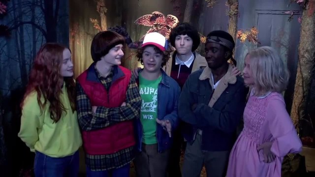 stranger-things-3-cast-sorprende-ignari-fan-museo-cere-filmato-v3-385637