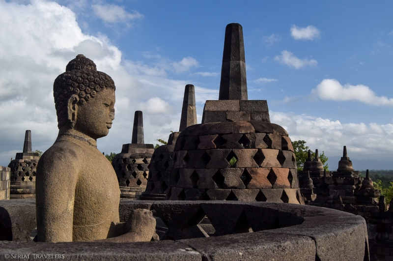 serial-travelers-indonesie-borobudur-bouddha-blue-sky