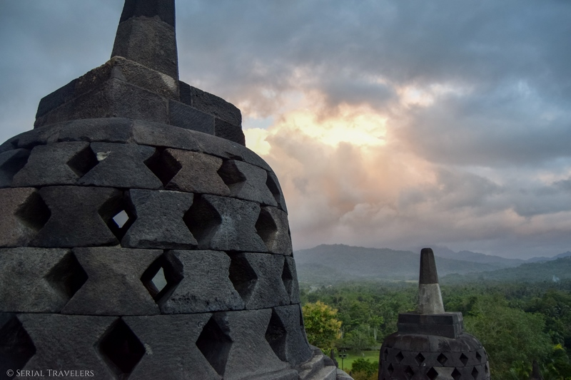 serial-travelers-indonesie-borobudur-stupa-sunrise