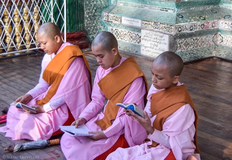 serial-travelers-myanmar-que-faire-a-yangon-pagode-shwedagon-plus-grosse-pagode-myanmar-nonne-priere