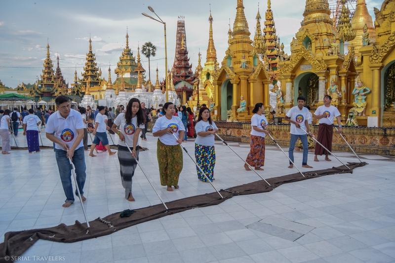 serial-travelers-myanmar-que-faire-a-yangon-rangoun-pagode-shwedagon-plus-grande-pagode-eau-sol-grande-serpillere