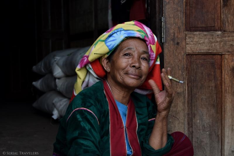 serial-travelers-myanmar-trek-kalaw-inle-sam-family-femme-birmane-portrait-cigarette