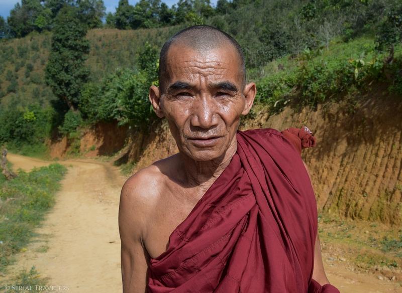 serial-travelers-myanmar-trek-kalaw-inle-sam-family-moine-monk-portrait