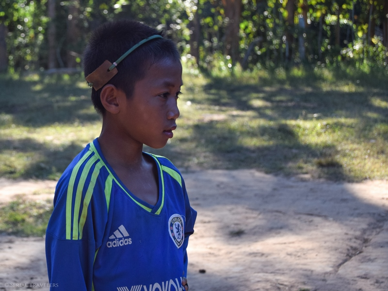 serial-travelers-laos-nong-khiaw-sopkeng-sop-keng-garcon-enfant-football