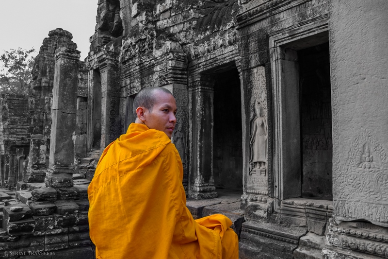 serial-travelers-cambodge-angkor-bayon-temple-sunset-monk-portrait
