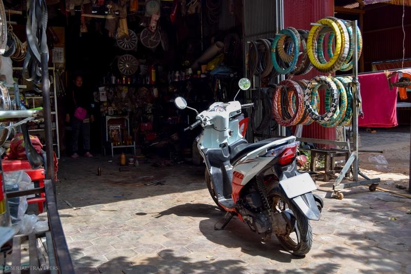 serial-travelers-cambodge-angkor-pneu-scooter-plat