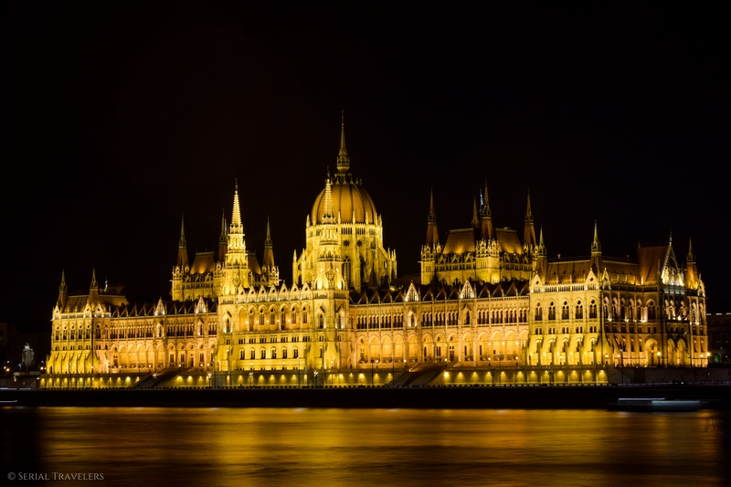 serial-travelers-budapest-parlement-by-night