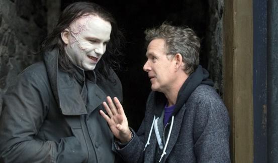 John Logan criador e roteirista de Penny Dreadful, à direita, e o ator Rory Kinnear, à esquerda, que interpretou O Monstro na série.