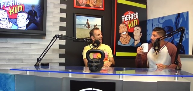 Bryan Callen e Brendan Schaub no podcast The Fighter and the Kid entre as gravações de The Goldbergs.