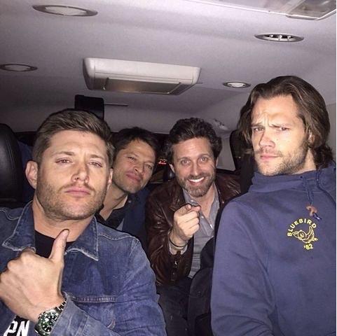 """Dean e Sam: """"Vamos numa balada, mãe."""". Mary: """"Ok, meus queridos, mas tomem cuidado. Vão com Deus!"""". Dean e Sam: """"Pode deixar, estamos levando um anjo também.""""."""