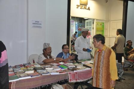 Ada jualan buku di sana, seperti biasa. Buku Marjan, tak ada pula kali ini... Jan, apa hal? (Najib dah beli semua ker?)
