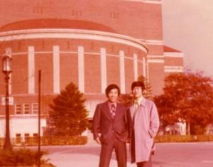 성성모씨와 함께 Purdue Stadium 앞에서, 1974년