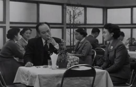 동화백화점 경양식집에서 김동원과 김정림, 1956