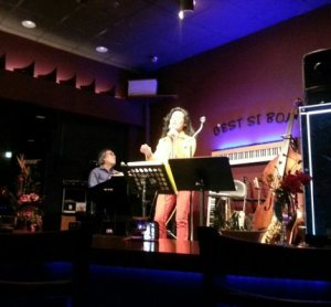 Music Live! 왼쪽에 owner Mr김이 보인다(credit Yelp)