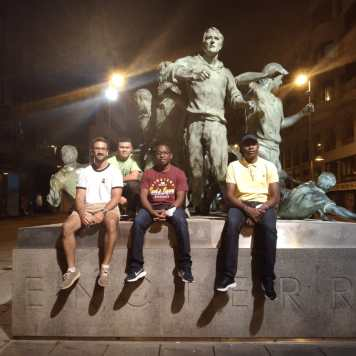 Foto ante el monumento del Encierro de Pamplona