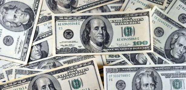 Dólar opera em alta, à espera de novidades dos EUA