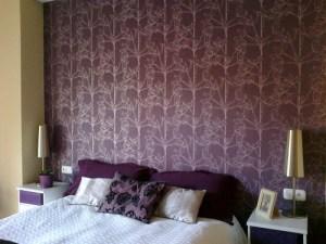 cabecero de cama empapelado tonos purpura