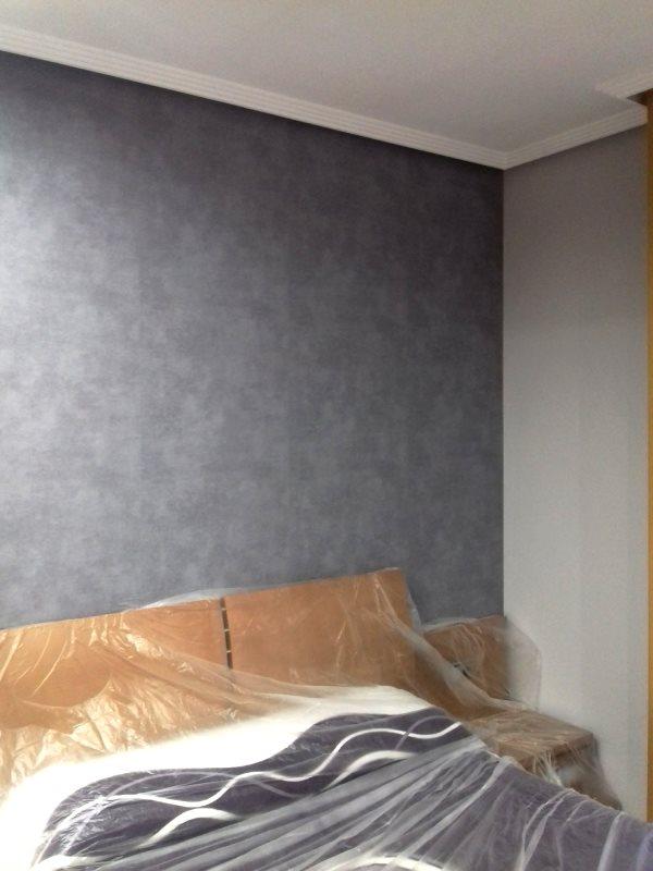 Papel pintado gris estucado cabecero de cama reformas y - Papel pintado cabecero cama ...