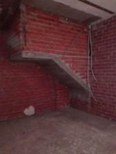 local-hueco-bajo-escalera-en-bruto-ladrillo