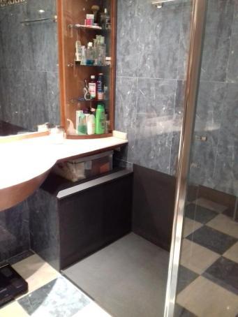 Bancada de obra forrada con panel de durstone y plato de ducha a medida