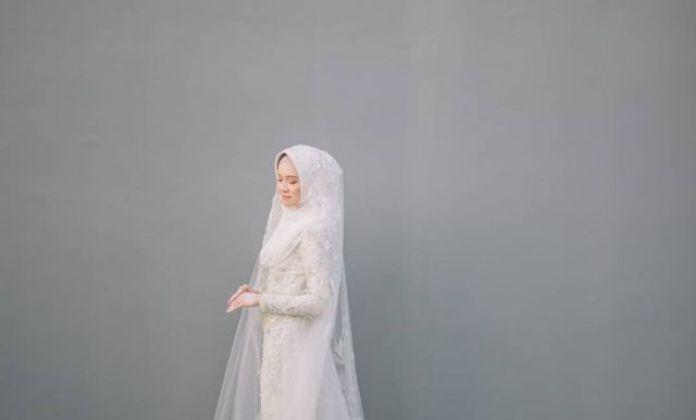 10 Inspirasi Gaun Pernikahan Ourdoor untuk Muslimah
