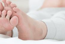 Penyebab dan Cara Mengatasi Kaki Bengkak Pasca Melahirkan