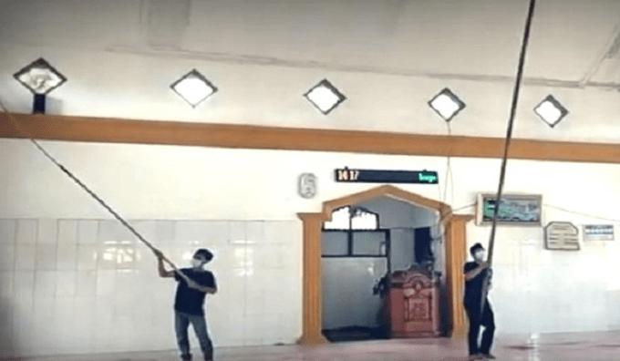 Dua Remaja Asal Lebak Rela Jadi Marbot Keliling untuk Membersihkan 50 Masjid