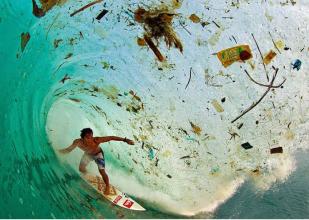Java Indonesia una ola de basura cuando el surfista Dede Surinaya se deslizaba