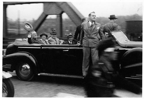 franklin roosevelt waving hat open car 1940 at www.servetolead.org
