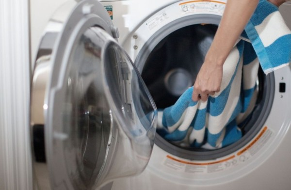 menggunakan mesin cuci