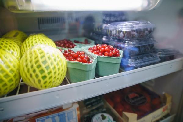 menyimpan buah ke dalam kulkas