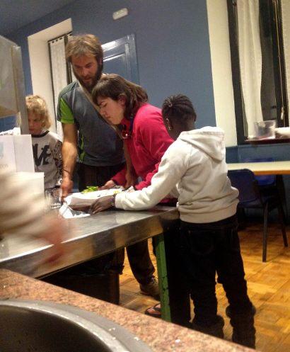 María, Fátima y Larisa ayudan a David, que no se aclara, a recoger las bandejas de la cena