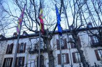 Las banderas de Aragón, España y Europa todavía duermen delante del Albergue.