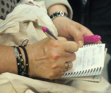 Tomando notas con el tradicional papel y boli. Las TIC no han de estar reñidas con las utilidades de toda la vida.