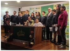 Cami junto al Delegado Territorial D. Ignacio Escanero, El Presidente del Consejo Territorial D. José Antonio Ves, la mamá de Cami y los niñps ganadores del Concurso Escolar.