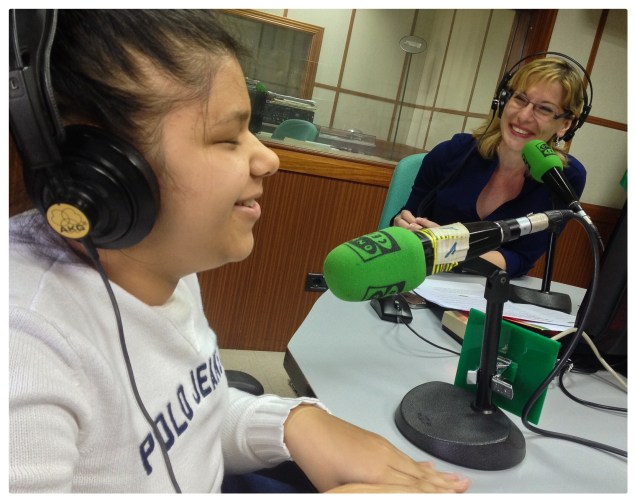 Cami entrevistada por la periodista de Onda Cero en los estudios de la Emisora.