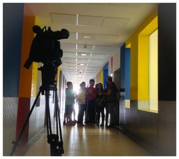 Esperando en el pasillo ante la atenta mirada de la cámara