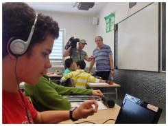 Ignacio escucha unas indicaciones del periodista antes de proceder con las explicaciones.