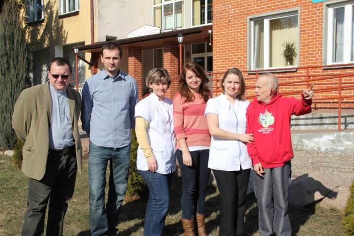 Pracownicy DPS: Od lewej Ks. Kazimierz Poręba FDP i Cezary ; po prawej stronie Ania z jednym z mieszkańców DPS