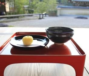 枯山水とともにホッとする一息を。奥多摩・檜原村の寺カフェ岫雲(しゅううん)で食べる和菓子と抹茶。