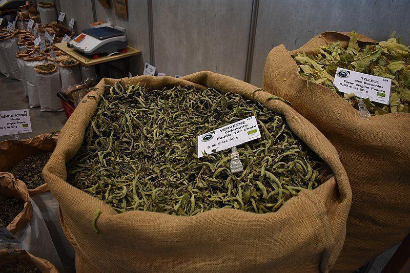 Fraîches ou sèches, les feuilles de verveines citronnées dégagent une parfum délicat, très apprécié.